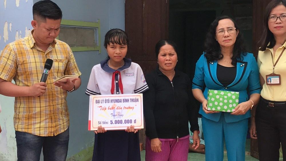Tiếp bước đến trường cùng học sinh nghèo hiếu học
