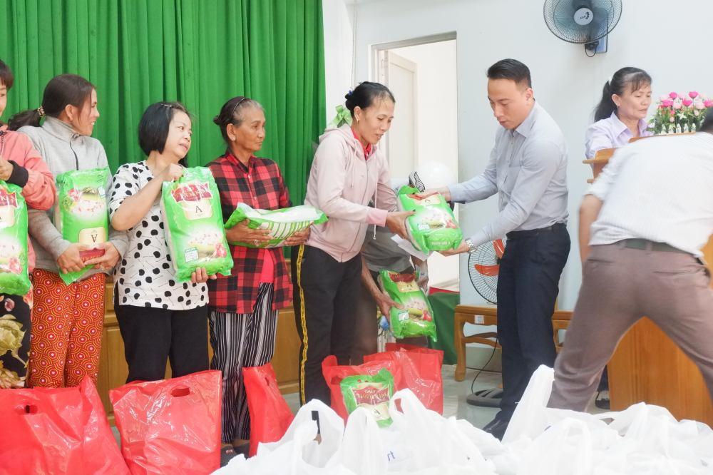 Ủng hộ quà Tết đến bà con hộ nghèo phường Xuân An