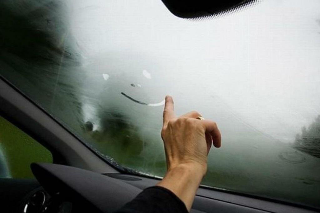 Cách xử lí kính bị mờ khi lái xe vào trời lạnh
